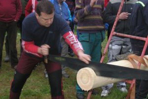 Vysockí chlapi si zmerali sily v rôznych disciplínach zameraných na ručné spracovanie dreva.