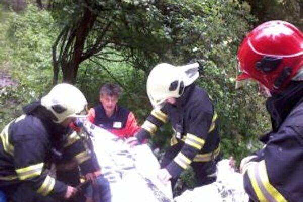 Chatára museli zniesť k sanitke hasiči.