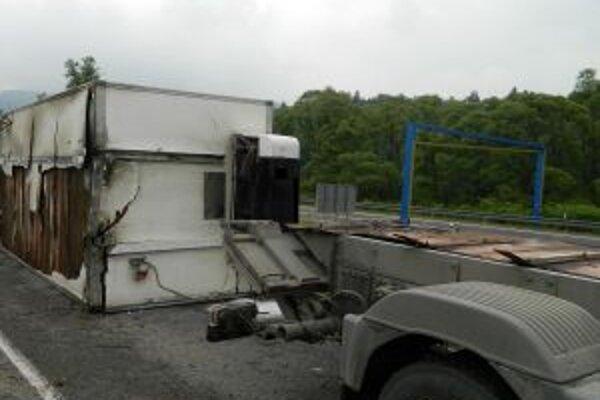Policajti nezistili u vodiča požitie alkoholu. Škodu pri nehode predbežne vyčíslili na  5 500 €.