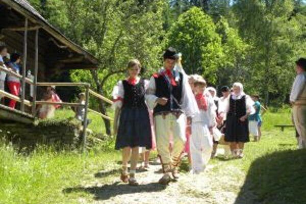 Kysucké múzeum v Čadci pripravilo vo svojej expozícii v Múzeu kysuckej dediny vo Vychylovke  program približujúci svadobné zvyky na Kysuciach.