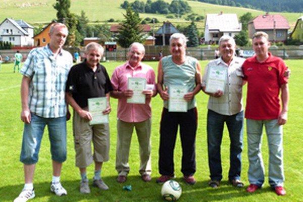 Zľava: predseda TJ Branislav Chobot, Jozef Čerňan, Štefan Hlavačák, Viliam Jančík, Jozef Jurčo st. a starosta obce Anton Varecha.