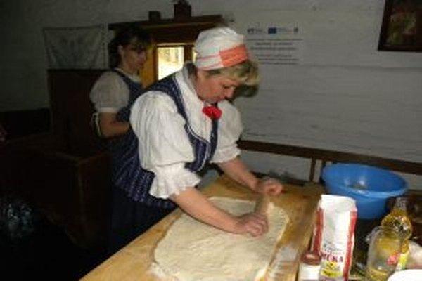 Ako chutia jedlá z kapusty pripravené priamo v objektoch na dobových peciach sa môžu dnes presvedčiť návštevníci kysuckého skanzenu.