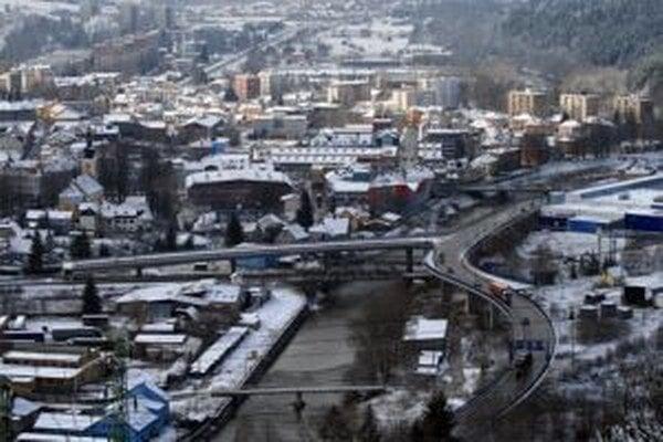 Obchvat v dĺžke približne dva kilometre, ktorý má odbremeniť mesto od dopravy a v budúcnosti slúžiť ako privádzač k diaľnici D3, má byť hotový v januári 2014.