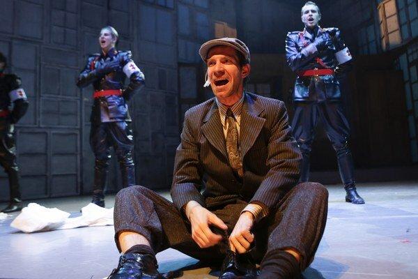 Herci mali najväčšiu zásluhu na tom, že muzikál Obchod na korze pôsobí silným dojmom. Na snímke Ondrej Kovaľ.