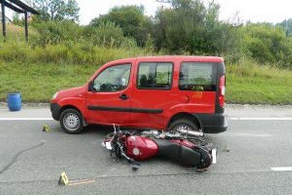 Pri nehode utrpel motocyklista ťažké zranenia s doposiaľ nespresnenou dobou liečenia.