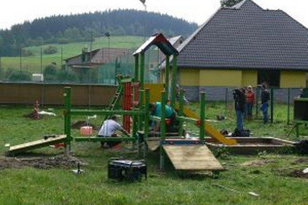 Pri osadzovaní nových atrakcií pomáhali aj dobrovoľníci.