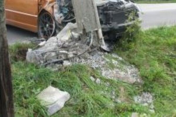 Polícia pátra po vodičovi, ktorý spôsobil v Rakovej dopravnú nehodu.