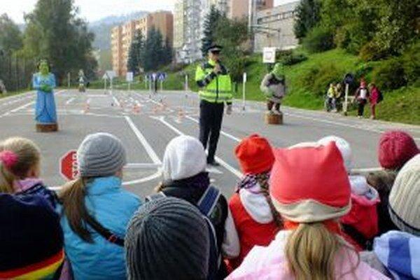 Ihrisko otvorili dopravnou súťažou, v ktorej si vyskúšali svoje vedomosti deti z mestských základných škôl a špeciálnej školy.