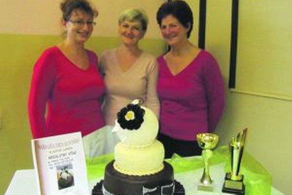 Slávnostná torta, ktorú pripravili majsterky zo Strednej odbornej školy obchodu a služieb v Čadci - Mária Tulcová,  Jana Pišteková a Viera Hýllová získala 1. miesto v kategórii profesionál a zároveň ju vyhlásili za absolútneho víťaza