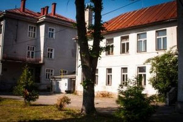 Predtým budova, ktorú v súčasnosti prerábajú na dom seniorov, fungovala ako základná škola.