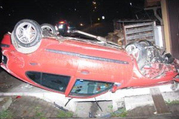 Po náraze sa vozidlo zotrvačnosťou prevrátilo na strechu.