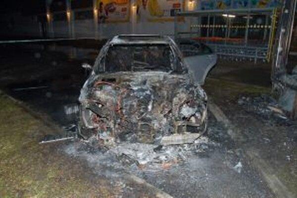 V dôsledku požiaru došlo k poškodeniu celej prednej časti a interiéru vozidla.