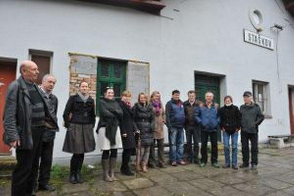 Spolok rodákov Jozefa Kronera zorganizoval k problematike múzea workshop. Na fotografii účastníci pred budovou stanice.