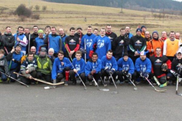 Spoločné foto účastníkov hokejového turnaja.