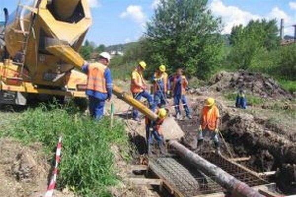 V rámci prác na obchvate  Čadce sa robila aj prekládka kanalizačného zberača.