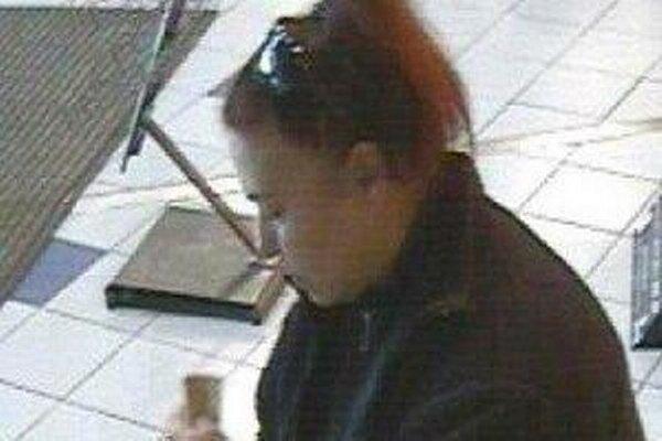 Polícia žiada širokú verejnosť o pomoc pri stotožnení neznámej ženy, ktorú pri bankomate zachytil kamerový systém.