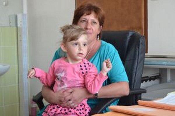 Pani Emília Hnidzíková nastúpila namiesto zosnulej dcéry na materskú dovolenku.