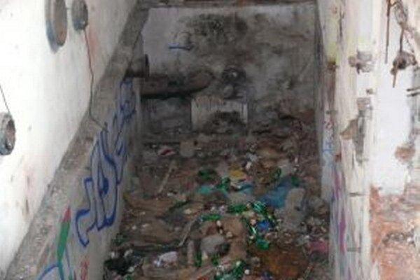 V bývalej úpravni vody sú takéto šachty. Bezdomovci do nich hádžu odpad.