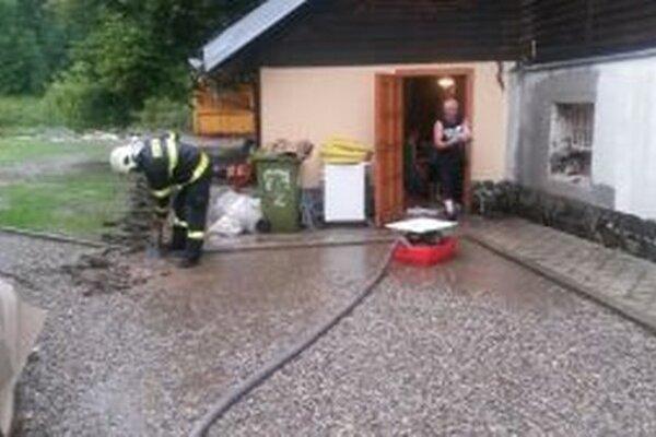 Hasiči z Turzovky včera v Makove čerpali vodu z pivníc rodinných domov.
