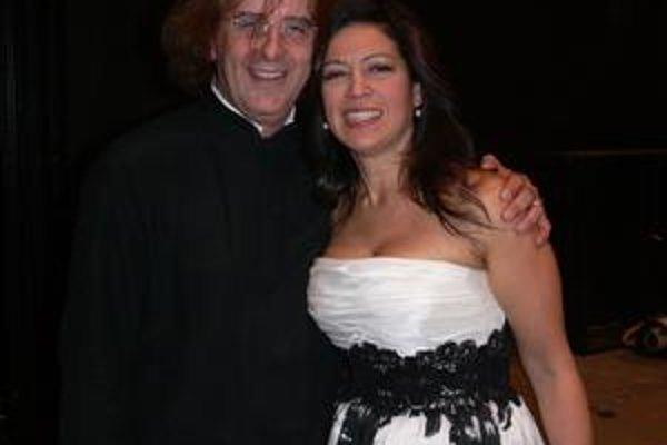 Dirigent a súčasne francúzsky kultúrny atašé Didier Talpain a predstaviteľka Mathildy, kolumbijská sopranistka Íride Martínezová.