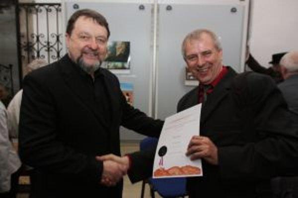 Autor víťaznej knihy Jaroslav Velička (vpravo) s prezidentom súťaže Vladimírom Bártom.