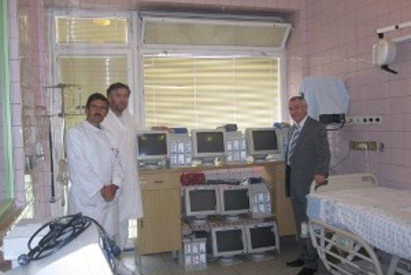 Monitory využije nielen oddelenie anestézie a intenzívnej medicíny, ktorej primárom je Peter Szegy (vľavo), ale aj jednotky intenzívnej starostlivosti. Na fotografii aj námestník LPS Jozef Marec a riaditeľ nemocnice Jozef Kanaba (vpravo).