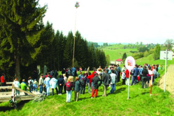 Pri stavaní Mája sa už deviatykrát stretnú obyvatelia Slovenska, Poľska i Českej republiky.