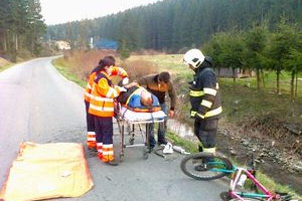 Muž spadol do miestneho potoka, vytiahli ho hasiči.