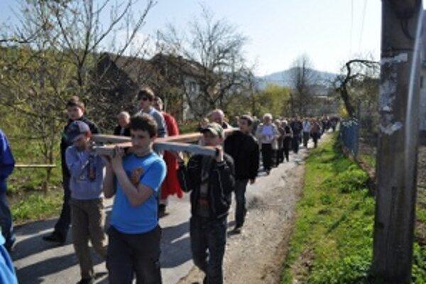 Krížová cesta v Ochodnici má už svoju tradíciu.