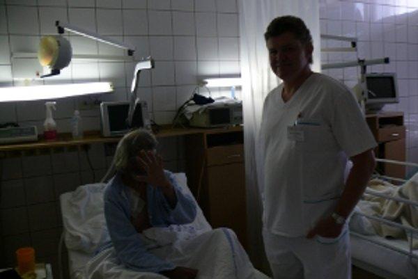 Primár oddelenia úrazovej chirurgie Ivan Húževka hovorí, že ľudia bez dokladov, ktorí žijú v Čechách, často pri úrazoch napokon skončia v nemocniciach na Slovensku.