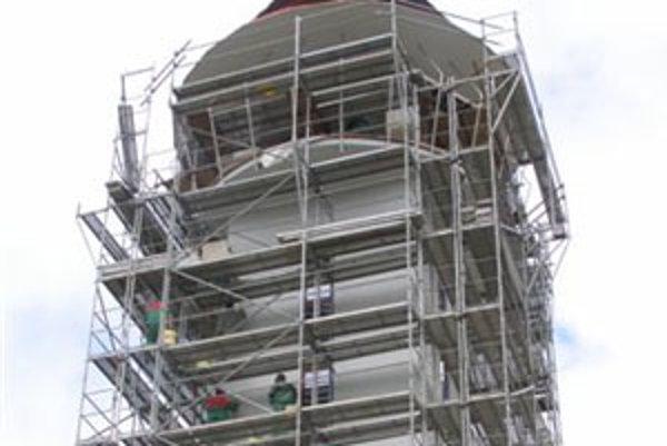 Veža novobudovaného chrámu je už hotová.