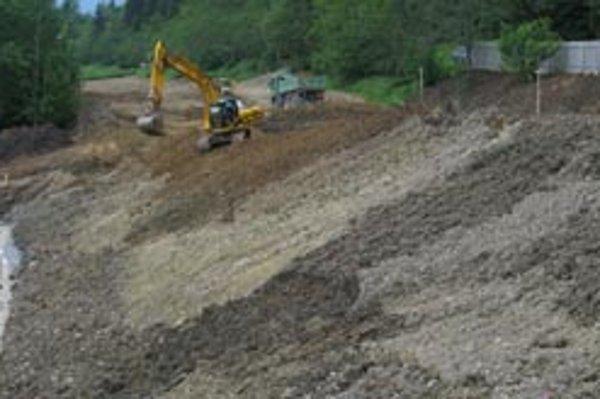 Práce na výstavbe novej skládky pokračujú.