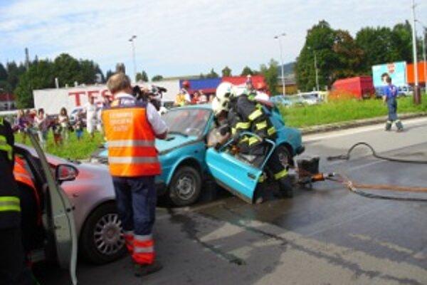 Miesto nehody. Záchranári mali pri hrozivo vyzerajúcej nehode plné ruky práce.