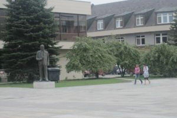 Je možné, že sochu Petra Jilemnického spred domu kultúry premiestnia.