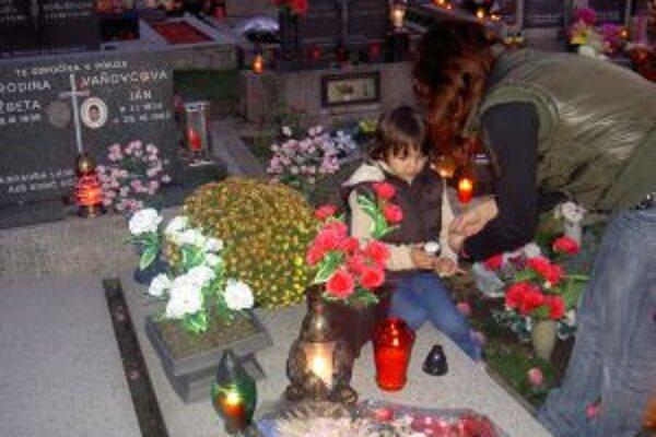 Na kysuckých cintorínoch horia sviečky. Na pamiatku tých, ktorí už odišli z tohto sveta.