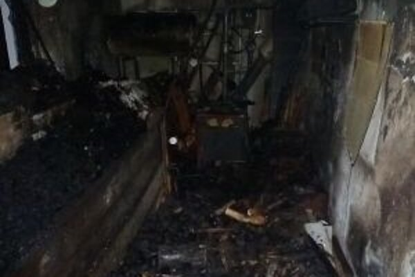 Pri požiari sa zranili štyria ľudia. Dvaja skončili v nemocnici.