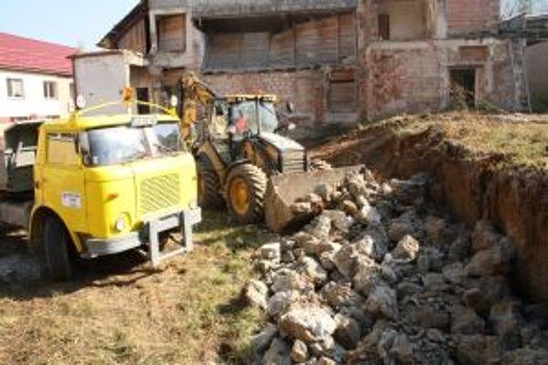 Práce na úprave priestranstiev, kde kedysi sídlil Palárikov dom, pokračujú.