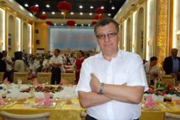 Slovenský veľvyslanec v Číne dodržiava na Vianoce staré zvyky. Na štedrovečernom stole nebudú chýbať ani tradičné oblátky.