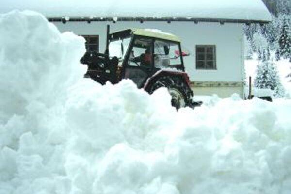 Kysucký skanzen leží pod snehom. Zamestnancom prišla na pomoc aj ťažká technika.