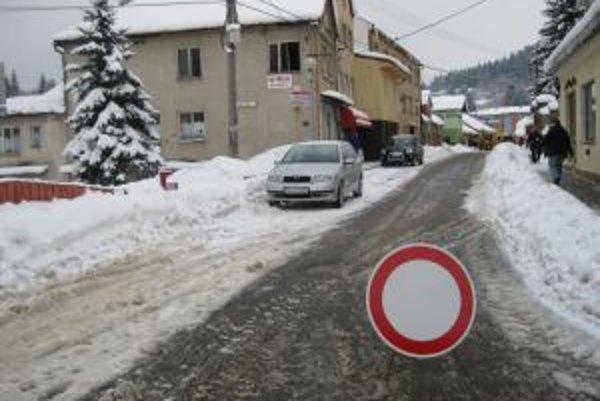 V Turzovke museli z niektorých ulíc vyvážať nahromadený sneh.