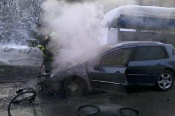 Oheň spôsobil na vozidle škodu za 3 500 eur.