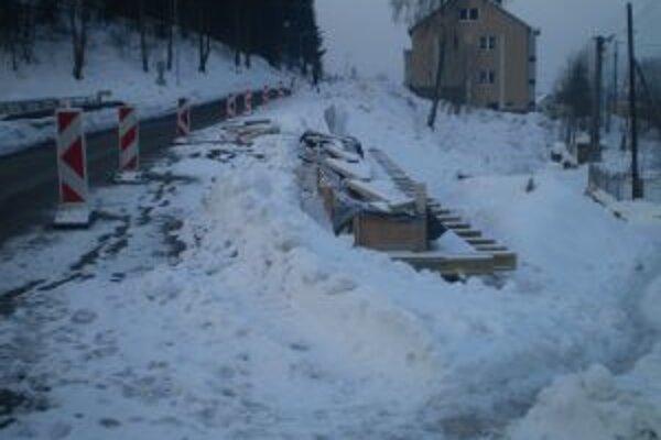 Práce na moste v Čiernom museli cestári pre mrazy prerušiť.