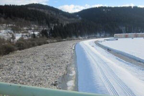 Ľadovce ostali stáť na zamrznutej Kysuci v obci Dunajov.