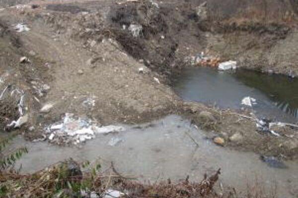 Divoká skládka ležala v blízkosti rieky Kysuce. Ľudia tam nosili elektrospotrebiče, ktoré doslúžili.