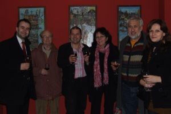 Milanovi Pavlikovi (v strede) sa priestory vGalérii pod orlojom zapáčili. Jeho obrazy sa do nich dokonale hodia.