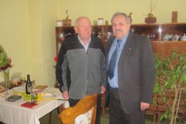 Jozefovi Čaradovi prišiel zablahoželať k okrúhlemu jubileu aj primátor Jozef Grapa.