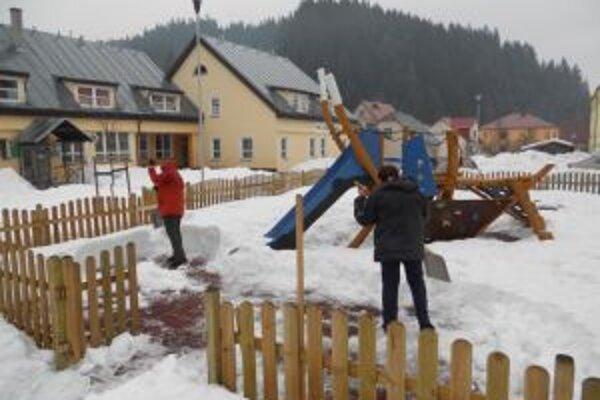 Obec zamestnala osem pracovníkov na odstraňovanie následkov kalamitnej situácie.