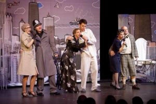 Rodáčky z Čadce Andrea Kulasová (prvá zľava) a Andrea Kvašňovská (tretia zľava) minulý týždeň zahviezdili v divadelnom predstavení Podfuk.