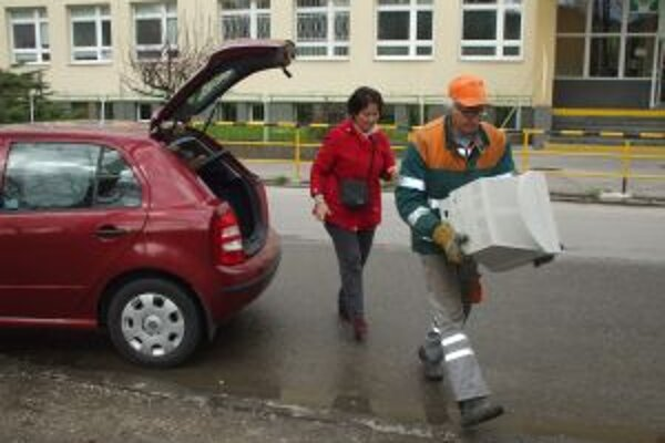 Obyvatelia zo širokého okolia nosili elektrošrot do kontajnera.