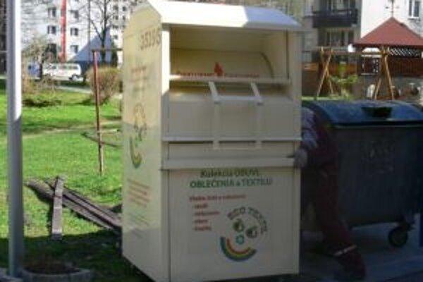 V týchto kontajneroch sa môžu obyvatelia mesta zbaviť nepotrebného šatstva, ostatného textilu, obuvi a dokonca i hračiek.